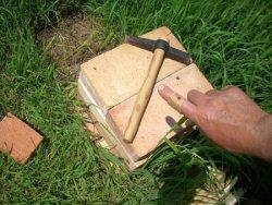 Učil som sa murárskym kladivom sekať tehly na polovice (bez rukavíc)